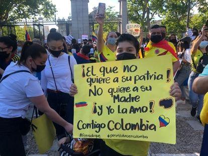 Concentración de colombianos en la puerta de Alcalá.