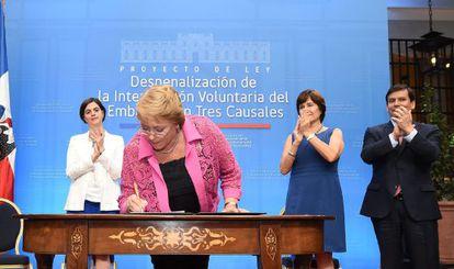 Michelle Bachelet firma el proyecto de ley.