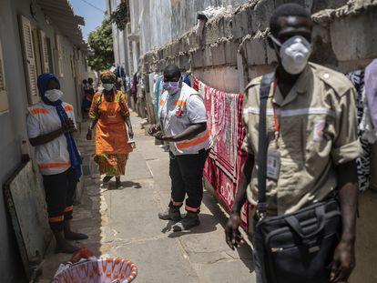 Voluntarios de la Cruz Roja de Senegal informan a la población de Dakar sobre las medidas a adoptar frente al coronavirus.
