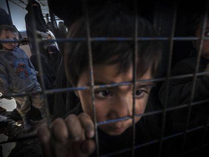 Un niño mira a través de una valla cerrada en el campamento de Al-Hol, noreste de Siria. Se estima que 65.400 personas están recluidas aquí, de las que más del 90% son mujeres y niños. Pinche en la imagen para ver la fotogalería de Ricardo García Vilanova, premio World Press Photo 2020.