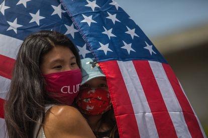 Una mujer participa en el aniversario del 1 de Mayo en el Barrio Chino de Los Ángeles, California en 2021.