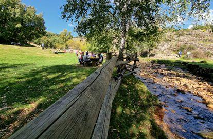 Varias familias de pícnic en el área recreativa Molino Harinero, el domingo pasado en La Hiruela.