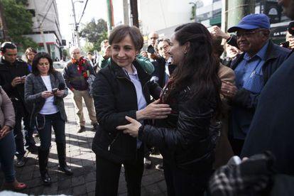 La periodista mexicana Carmen Aristegui (al centro), la mañana de este lunes.