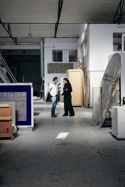 """Junto a Adam Lowe, fundador de la empresa española que produce piezas suyas. """"Él ha sido como un mentor para mí"""", dice la artista."""
