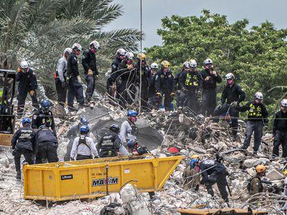 Los equipos de salvamento han vuelto a las tareas de rescate, tras el derrumbamiento controlado de lo que quedaba del edificio que colapsó el 24 de junio.