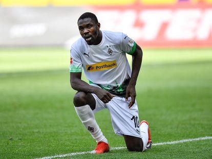 Marcus Thuram, de rodillas como homenaje a George Floyd tras meter un gol al Unión Berlín.