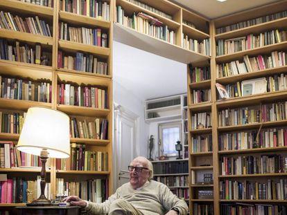 El autor italiano Andrea Camilleri en su casa de Roma en 2017.