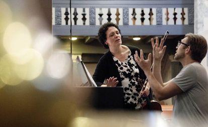 Tabea Zimmermann y Leif Ove Andsnes durante el ensayo de la 'Sonata para viola' de Shostakóvich en la iglesia de Kvinnherad.