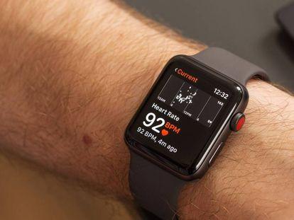 Un Apple Watch muestra en tiempo real la frecuencia cardiaca de su usuario.