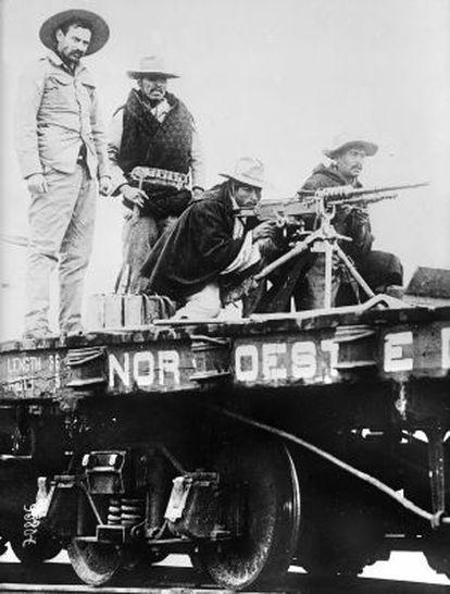 Revolucionarios mexicanos en un tren en 1910.