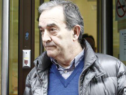 Raúl López, ayer al salir de la sucursal bancaria de Lugo a la que fue conducido por los agentes de Aduanas.