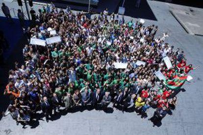 Los finalistas de la duodécima edición de 'El País de los Estudiantes' posan junto a los responsables del periódico.