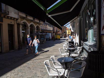 Dos personas pasan junto a una terraza vacía, el miércoles en Aranda de Duero.
