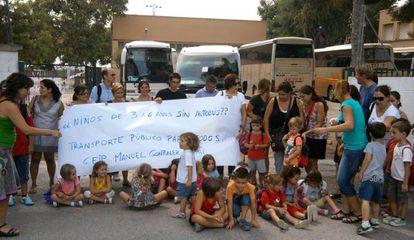 Protesta en el celogio de Benifaraig por los problemas con el transporte escolar.