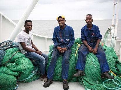 De izquierda a derecha, Augusto Ramón Sumin, Augusto Gregorio Gumendi y Jaime Eleario Nomaio, estudiantes de la Escuela de Pesca de Matola en prácticas en un barco de Pescamar. Beira, 08 de marzo de 2020.