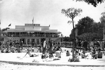 Bañistas en la piscina de La Isla.