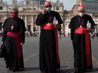 El cardenal arzobispo de Barcelona, Juan José Omella (en el centro) en la plaza de San Pedro del Vaticano.