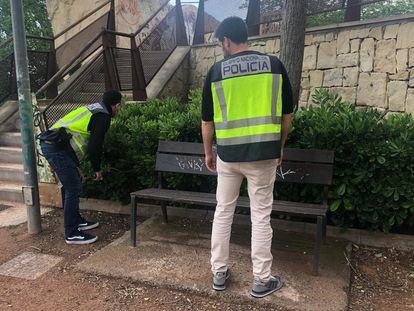 Dos policías inspeccionan el lugar donde se produjo la agresión, en Alicante.