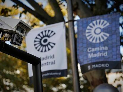 Los logotipos de Madrid Central, en el centro de la capital.