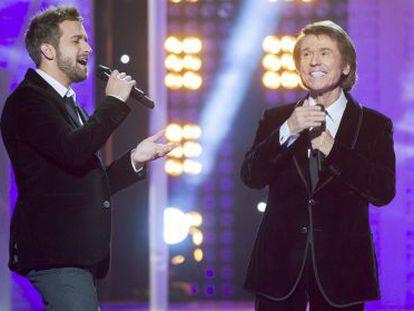 Imagen facilitada por TVE de los cantantes Pablo Alborán (izquierda) y Raphael, que protagonizon sendos especiales televisivos en Nochebuena.