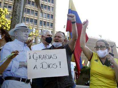 Simpatizantes del expresidente Álvaro Uribe celebran en Medellín.