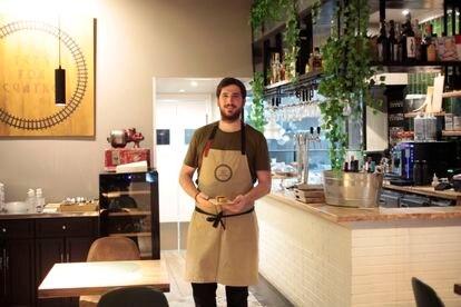 Álex Marugán en el interior de su restaurante 'Tres por Cuatro' en Madrid.