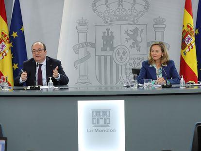 El ministro de Política Territorial y Función Pública, Miquel Iceta, y la vicepresidenta de Asuntos Económicos, Nadia Calviño, el lunes.