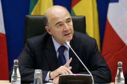 """El ministro de Finanzas francés, Pierre Moscovici, comparece durante una rueda de prensa celebrada después de una reunión de los ministros de Finanzas de la """"Zona Franca"""". EFE/Archivo"""