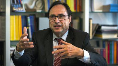 El conseller de Hacienda, Vicent Soler, en su despacho.