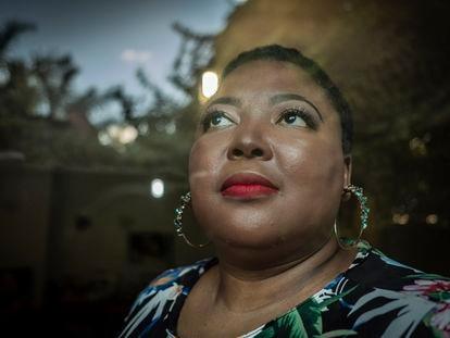 La médica y activista sudafricana Tlaleng Mofokeng, fotografiada en su casa de Johannesburgo.