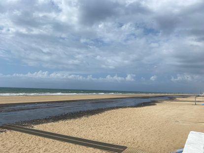 Vertido de aguas fecales en la playa de Matalascañas, en Almonte (Huelva).