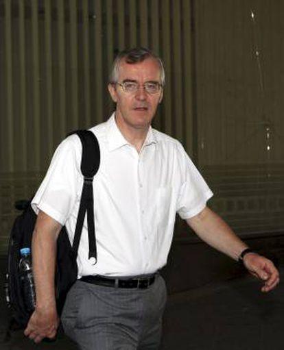 El representante del Fondo Monetario Internacional (FMI) Bob Traa, a su llegada al Ministerio de Finanzas para su reunión con el ministro de Finanzas griego, Yannis Stournaras, en Atenas (Grecia), el 8 de julio de 2012. EFE/Archivo