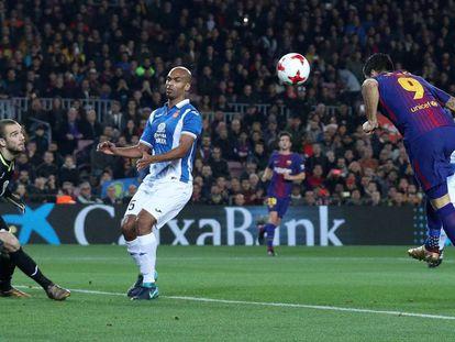 Luis Suarez marca el primer gol del partido.