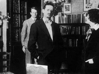 El escritor James Joyce y la librera Sylvia Beach en 1930, dentro del local de Shakespeare and Company.