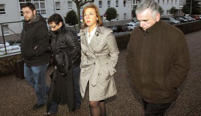 Los tres acusados, con su abogada