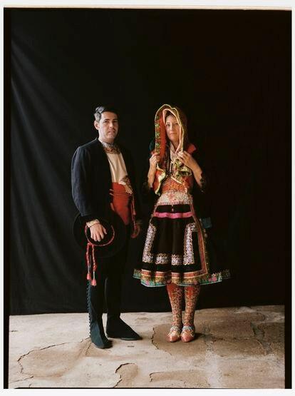 Alfonso Fernández, con traje de fiesta, y Dori Ropero, con guardapiés de paño fino y mandil color clavo.