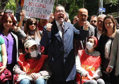 El presidente del grupo socialdemócrata del Parlamento Europeo, Gianni Pittella (centro), durante un encuentro de solidaridad con Semih Özakça y Nuriye Gülmen (con mascarillas)