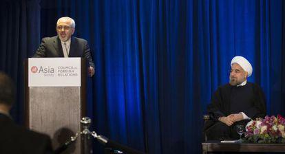El ministro de Exteriores iraní, Mohamed Javad Zarif, pronuncia un discurso ante la mirada del presidente Rohaní.
