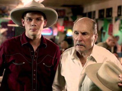 Jeremy Irvine y Robert Duvall, en una imagen de la película.