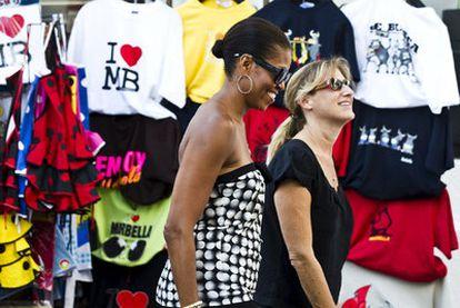 Michelle Obama pasea ayer con una de sus acompañantes por el centro histórico de Marbella.