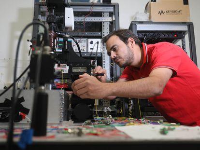 El investigador Eduardo Gil en su laboratorio.
