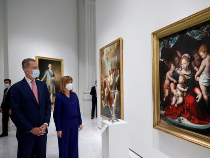El rey Felipe, acompañado por la ministra de Educación y Formación Profesional, Pilar Alegría, observa la 'Virgen del Lirio', de Cornelis van Cleve.