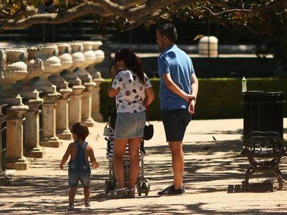 Una familia en el jardín de la Isla de Aranjuez.