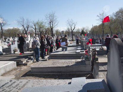 Un momento del homenaje a los fusilados en el cementerio de La Almudena.