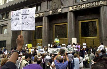 Cientos de ahorradores argentinos frente al Ministerio de Economía, en Buenos Aires en 2002.