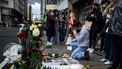 Altar espontáneo colocado en el lugar de la acera en el que recibió la paliza mortal Samuel Luiz durante la segunda noche de ocio nocturno  en Galicia tras las restricciones de la pandemia.