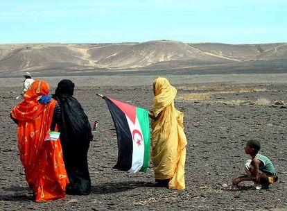 Mujeres saharauis, ante el muro levantado por Marruecos cerca de Tifariti.