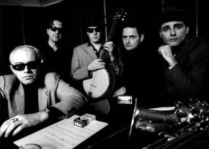 Siniestro Total posa, en el año 2000, para la promoción del disco y la gira de presentación de 'La historia del blues'. De izquierda a derecha: Julián Hernández, Segundo Grandío, Javier Soto, Jorge Beltrán y Ángel González.