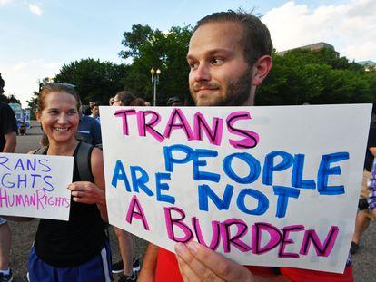 Protesta en Washington contra el veto a las personas transgénero en el Ejército de Trump.