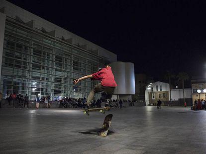 Un 'skater' en la plaza del Macba este martes por la noche.